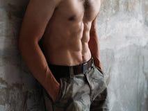 性感的吸收干涉了男性躯干六块肌肉训练适合 免版税图库摄影