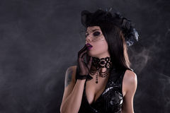 性感的哥特式女孩画象面纱帽子的 免版税库存照片