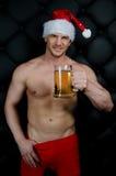 性感的圣诞老人用啤酒 免版税库存照片