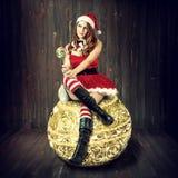 性感的圣诞节妇女在圣诞老人衣裳 免版税库存图片