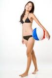 性感的女孩和Beachball 免版税库存图片