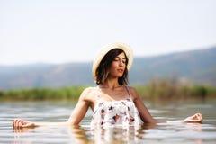 性感的女孩在水中 免版税库存照片