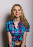 性感的女孩特写镜头画象牛仔裤和格子花呢上衣的 免版税库存图片