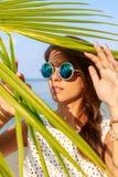 性感的女孩神色通过棕榈事假 库存图片