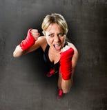 年轻性感的女孩训练拳击拳头包裹了战斗的妇女概念 免版税图库摄影