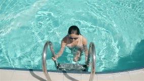 性感的女孩过来在水池外面 在手段的暑假,女孩无危险游泳水池的水,美丽 股票视频