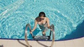 性感的女孩过来在水池外面 在手段的暑假,女孩无危险游泳水池的水,美丽 股票录像