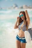 性感的女孩画象有海滩袋子的在海滩 免版税库存照片