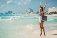 性感的女孩画象有海滩袋子的在海滩 免版税库存图片