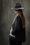 性感的女孩画象经典夹克、衬衣和一个帽子的在他的 库存照片