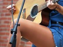 性感的女性吉他弹奏者 库存照片