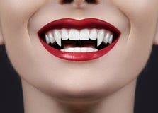 性感的女性吸血鬼嘴唇 妖怪微笑 与红色血液构成嘴唇的万圣夜样式 与可怕的粗粒的化妆舞会神色 免版税库存图片
