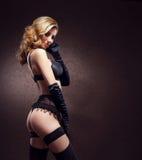 性感的女用贴身内衣裤的可爱的少妇在葡萄酒背景 免版税图库摄影
