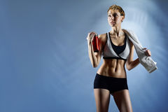 性感的妇女佩带的体育上面和短裤 免版税库存照片
