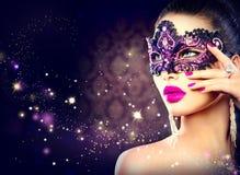 性感的妇女佩带的狂欢节面具 免版税库存照片