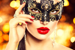 性感的妇女佩带的狂欢节面具 库存图片