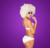 性感的妇女佩带的白色比基尼泳装 免版税库存图片