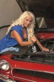 性感的妇女修理汽车 库存照片