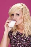 性感的妇女和牛奶。 免版税图库摄影