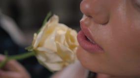 性感的妇女嘴唇特写镜头射击有的唇膏和肉欲美丽的白色的玫瑰的 股票视频