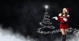 性感的妇女圣诞老人和雪花圣诞树仿造形状发光 库存图片