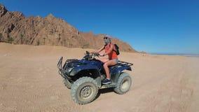 性感的妇女在埃及的沙漠骑一辆方形字体自行车 在行动的动态看法 影视素材
