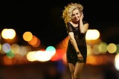 性感的妇女在夜城市 免版税库存照片
