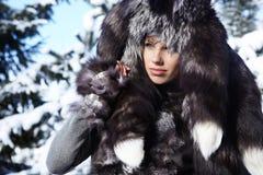 性感的妇女在户外多雪的冬天 免版税库存照片