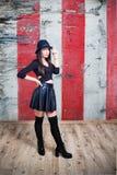 年轻性感的妇女在皮革和帽子穿戴了 免版税图库摄影