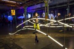 性感的妇女在艺术设施摆在夜之前在Luminale 库存图片
