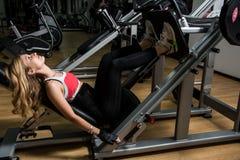 年轻性感的妇女在训练的健身屋子与si 库存图片
