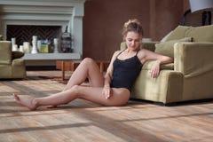 年轻性感的妇女室内画象bodysuite的 免版税图库摄影