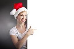 性感的妇女愉快的微笑的和暂挂的空的横幅 免版税库存图片
