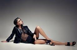 性感的妇女模型穿戴了废物,弄湿了神色,摆在演播室 免版税库存图片