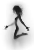 性感的妇女湿身体和白色比基尼泳装 免版税库存图片
