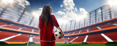 年轻性感的妇女球员在足球场内 免版税库存照片
