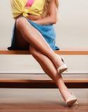 性感的妇女腿特写镜头在高跟鞋和裙子的 免版税图库摄影