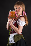性感的妇女舔嘴唇的慕尼黑啤酒节 免版税图库摄影