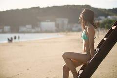 性感的妇女获得乐趣在暑假假日 生活方式夏天画象,救生员塔 免版税库存图片