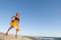 性感的妇女跳舞在海边II 免版税库存照片