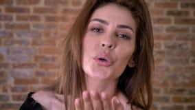 性感的妇女送飞吻,调情的人概念,通信概念,砖背景 股票录像