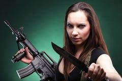 性感的少妇长的头发-开枪刀子 免版税库存图片