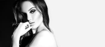 性感的少妇黑白画象 有长的头发的诱人的少妇 免版税库存照片