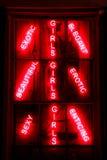 性感的异乎寻常的诱惑的色情女孩红色霓虹灯广告 免版税库存图片