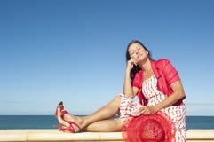 性感的愉快的成熟妇女海洋背景 免版税库存图片