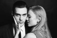 性感的感动的夫妇,办公室爱情小说 免版税图库摄影