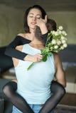 性感的拥抱的夫妇 图库摄影