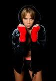 年轻性感的拳击女孩用被包裹的手和腕子在有冠乌鸦套头衫准备好战斗 免版税库存图片