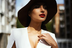 性感的摆在高层建筑物后院的掠夺头发的印地安夫人  免版税库存图片