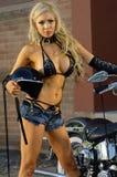 性感的摩托车骑自行车的人女孩 免版税图库摄影